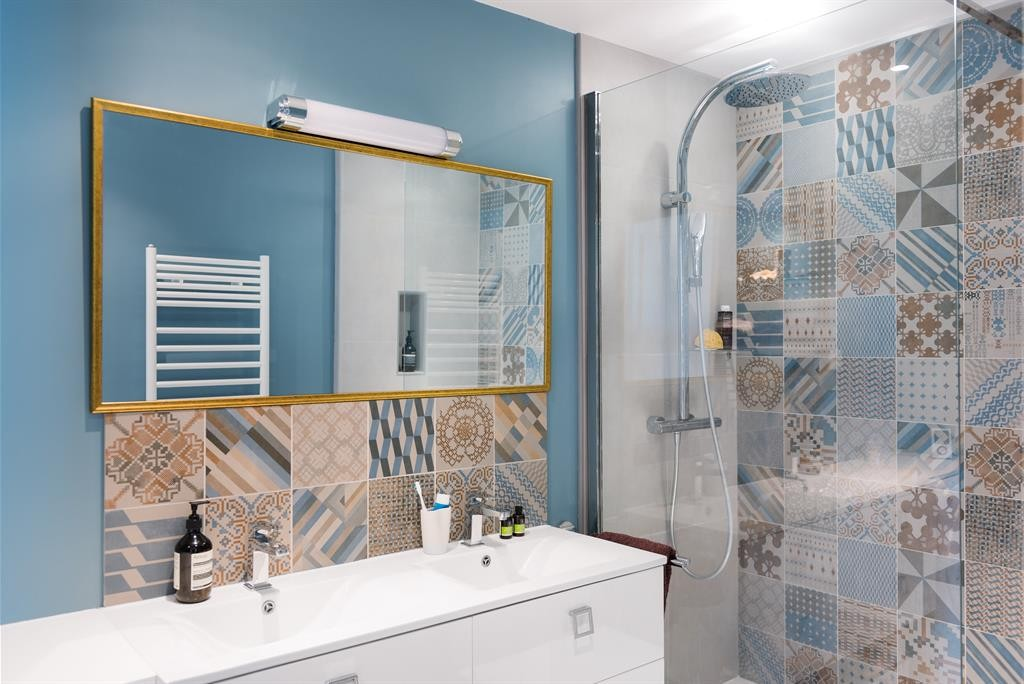 Stiluri de placari cu gresie si faianta design amenajari - Exemple carrelage salle de bain ...