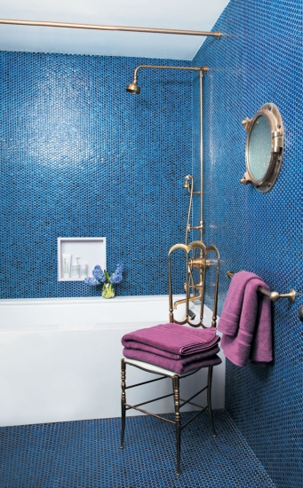 mozaic albstru in baie